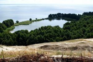 Озеро Лебедь на Куршской косе,лесное озеро,куршская коса